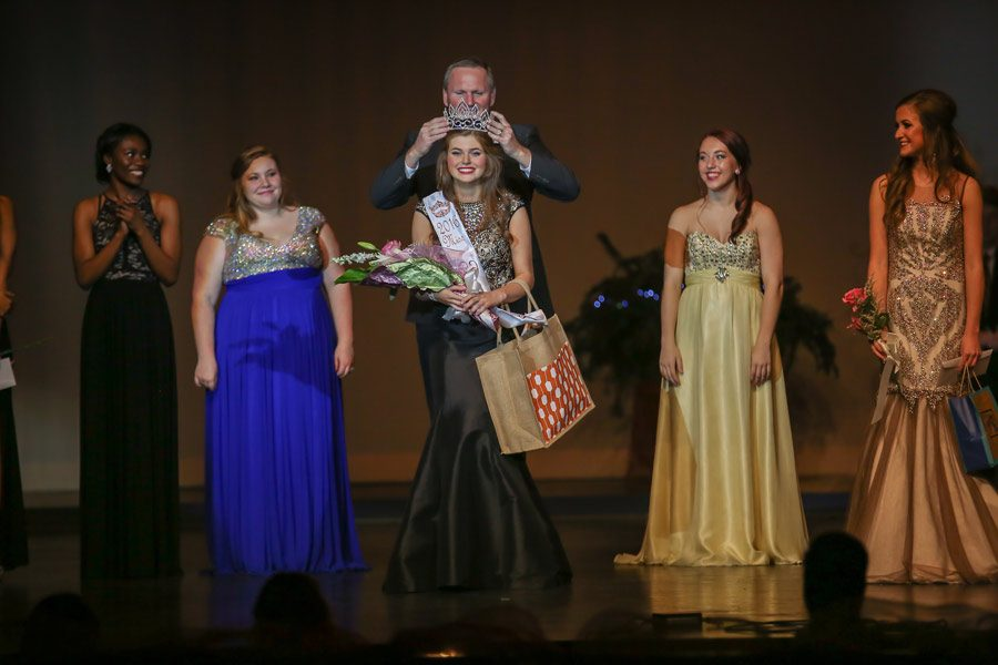 Principal+Brad+Bailey+crowns+Leighton+Weber+Miss+THS+2015-2016.