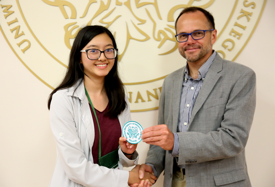 Victoria Van receives a Poznan University of Medical Sciences patch from Dr. Mazela during the closing ceremony.