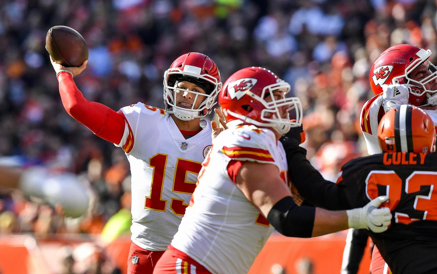 Kansas City Chiefs quarterback Patrick Mahomes throws a touchdown pass to tight end Travis Kelce in the second quarter against the Cleveland Browns on Sunday, Nov. 4, 2018 at FirstEnergy Stadium in Cleveland, Ohio. (John Sleezer/Kansas City Star/TNS)